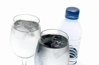 就寝前に、「 コップ 1杯の水 」 を飲んでいます。
