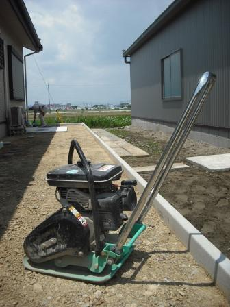 砂利敷き部分 転圧