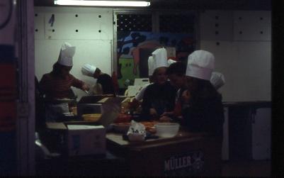 レストラン/野菜を切ったりパスタを茹でたりするのは子どもの仕事