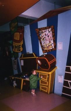ronndonn ・チルドレンズミュージアム004壁縦型