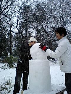 080203_1218~0001雪の石神井公園雪こけし!?