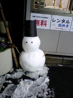 080203_2016~0001桃太郎寿司駐車場の雪だるま1