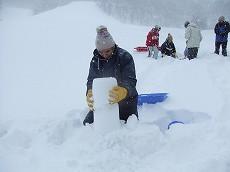 080112慎重に雪積み