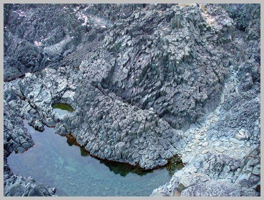 日浦岬灯台の眼下に広がる柱状節理1