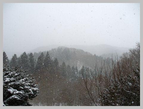 雪にかすむ山々