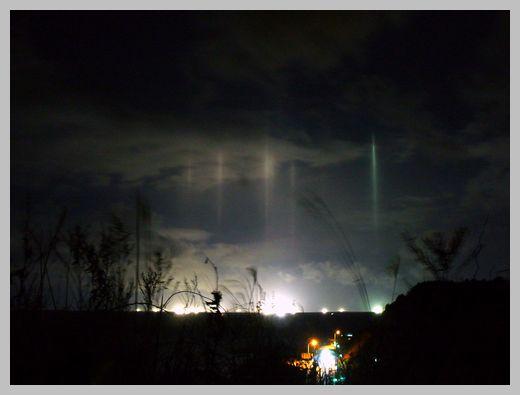 津軽海峡の漁火光柱