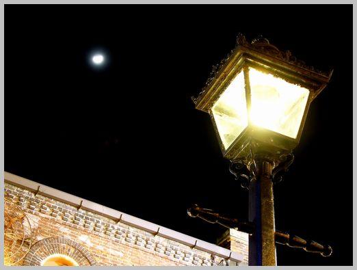 はこだて明治館と街灯