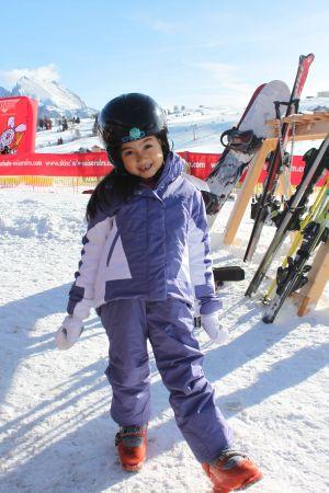 サラ、雪山でポーズ