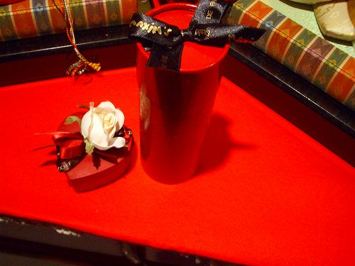 赤い毛氈に赤いハートのチョコ