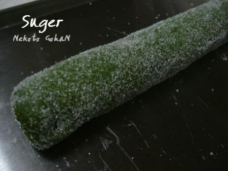 抹茶生地にグラニュー糖をまぶします。