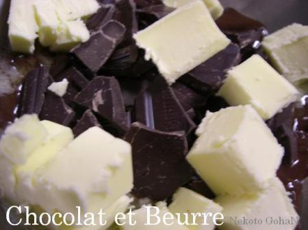 チョコレートとバターを湯煎で溶かしていきます。