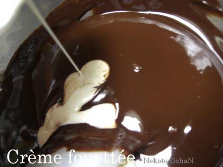 チョコとバターが溶けたら生クリームの出番。
