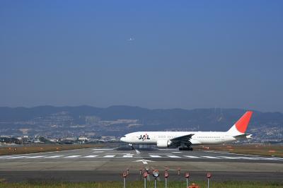 JAL B777-246 Lineup Runway@千里川土手 EF28-90 F4-5.6Ⅲ