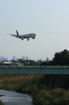 JAL B777-246@千里川沿い by EF28-90
