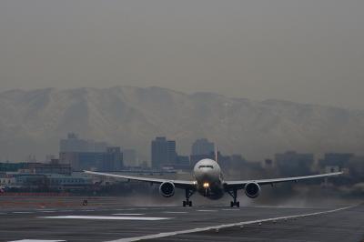 JAL B777-346 JL2081@RWY14Rエンド(by EF100-400)
