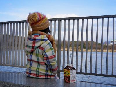 池を眺めて佇むチビちゃん@昆陽池公園
