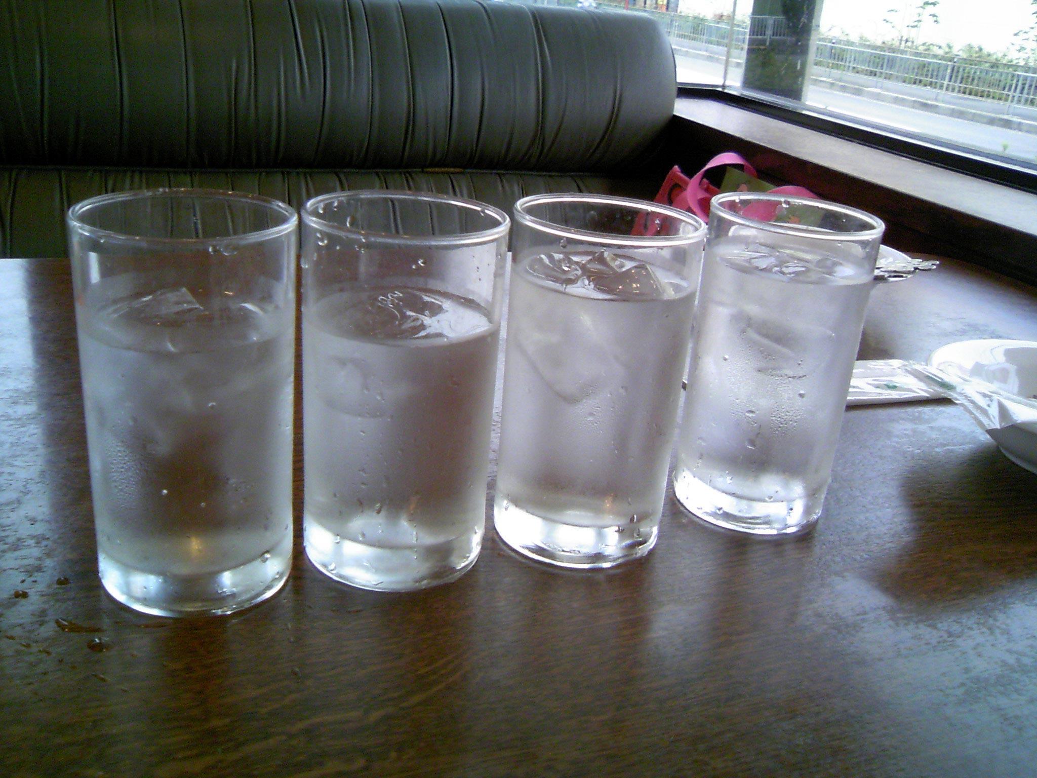 レストランの最初の水
