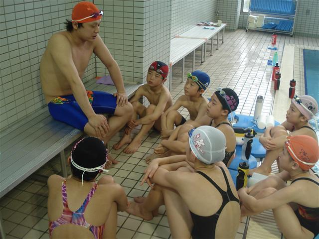 オレンジ帽の竹川コーチ