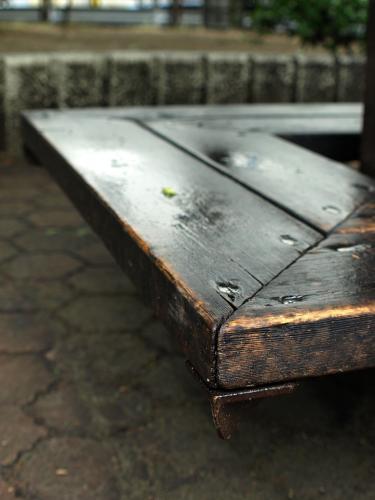 雨のベンチ02