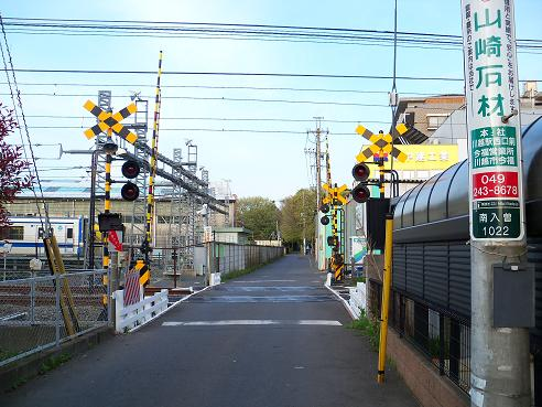 西武新宿線の新所沢第8踏切道@狭山市A