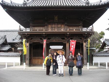 山門にて記念撮影