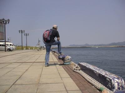 港を前にもの思いにふける管理者