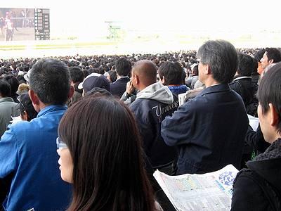 桜花賞直前の競馬ファンたち1