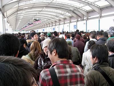 退場規制が掛かる仁川駅への通路