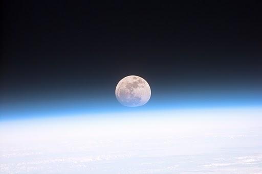 大気圏外から見た月