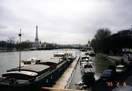 大雨のため氾濫しているセーヌ河