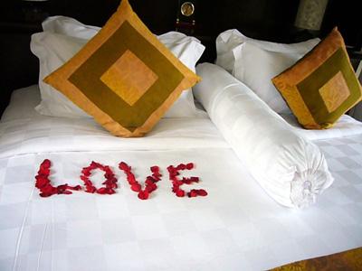 ベッドの上には花びらでこんな演出が!