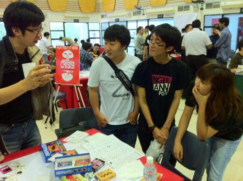 SGの高校生たちにゲームの説明