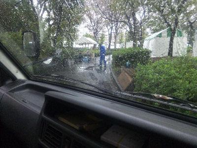 雨の中レール敷設