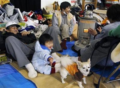愛犬とともに避難生活を送る家族ら=17日午後、仙台市若林区