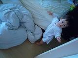 110523_ベッドから下りる (4)