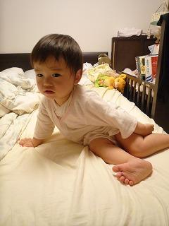 110527_ベッドからおりる (6)