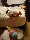 110527_ベッドからおりる (3)