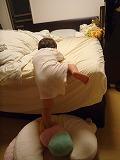110527_ベッドからおりる (2)