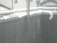 お昼頃、ベランダの雪。
