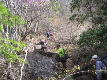 急登の岩場を登る