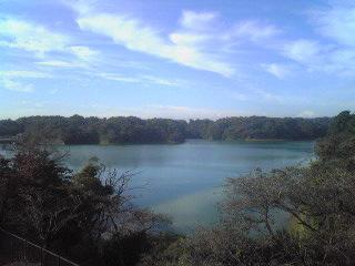 静かに水を湛える多摩湖