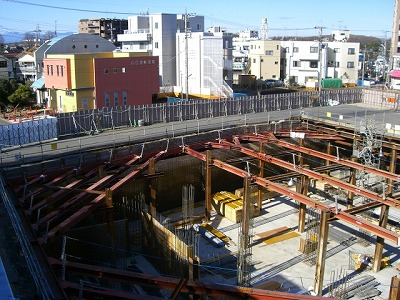 進む地下駐輪場工事と駅前一等地