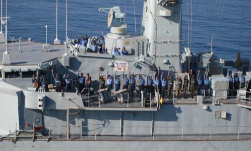 甲板から手を振るパキスタン海軍乗組員