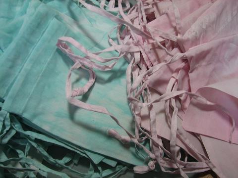 白い袋を染めてます