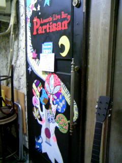 手描きのイラストが素敵なパルチザンのドア