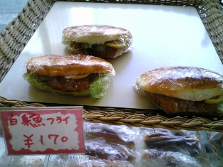 池田屋で惣菜買って三喜屋でパンを買う004