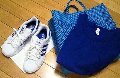 青バッグと青い靴と青タンク