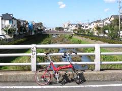 野川の橋の上で