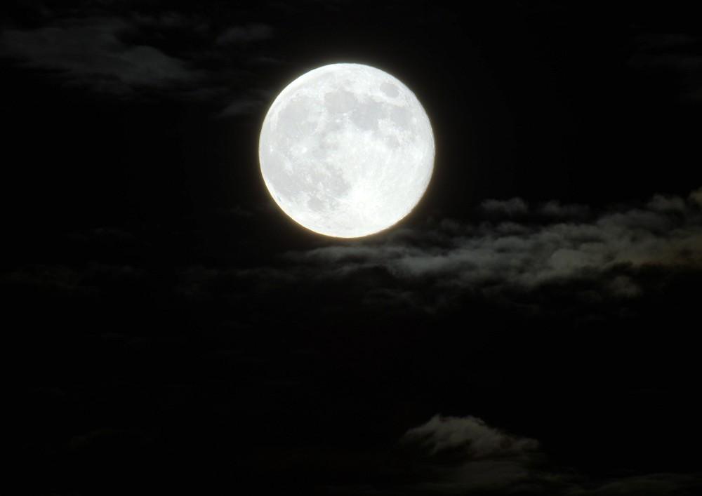 雲の切れ間から覗く満月