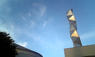 くねくねの塔と空